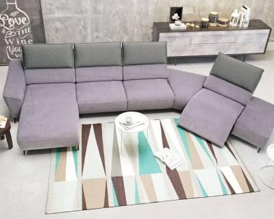 Fioletowy narożnik z szarymi poduszkami z funkcją relaks